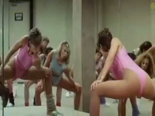 Sexy jenter doing aerobics exercises i en kinky måte