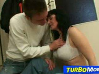 Grande naturale tette maggiore donna agnes rides giovane ragazzo