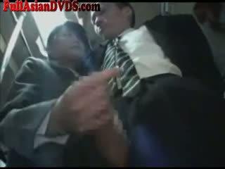 Asiatique écolière gives branlette sur bus
