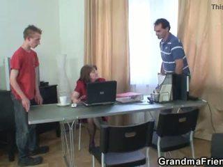 Trío oficina follando con abuelita <span class=duration>- 6 min</span>