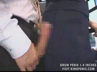 Cycate stewardessa publiczne na ręcznym w the autobus