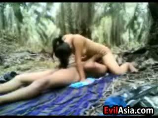 Тийн азиатки двойка чукане в на гора