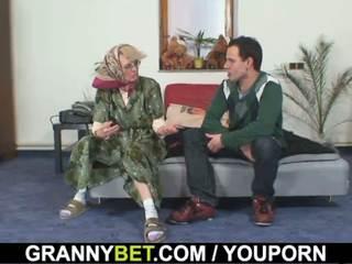 Viejo mujeres gets su bald coño slammed