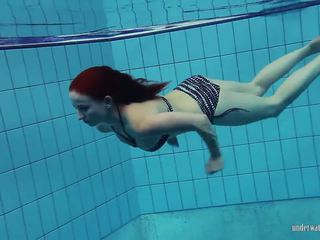Redheaded katrin yra stripping po vandeniu, porno 66
