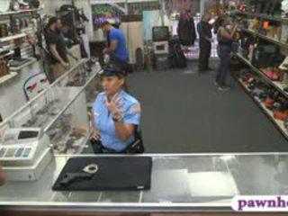 Ms полиция офицер прецака от pawnkeeper вътре на pawnshop