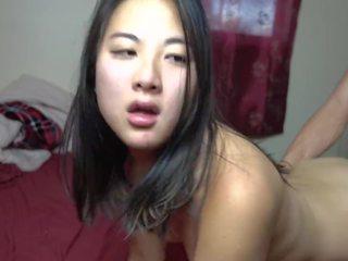 18 yr gammal asiatiskapojke flicka körd vovvenutformar & takes cum i henne fittor