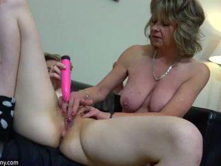 Oldnanny sexy mami me ten masturbate në krevat