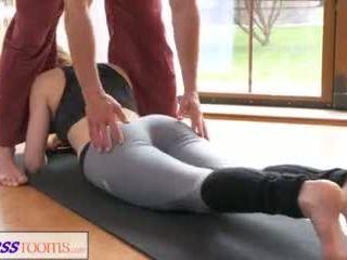 Fitnessrooms sporco yoga insegnante su attraente fitness modella