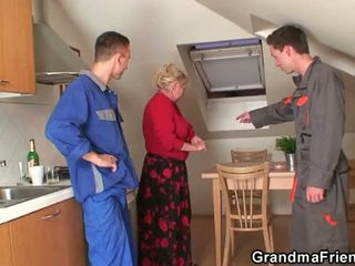 Viejo abuelita offers su coño como un payment
