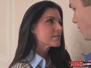 MILF India Summer facial in a threesome