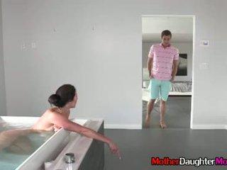 息子 gets busted spying 上の 彼の 継母