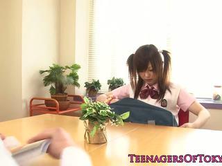 יפני תלמידת בית ספר מזיין שלה מחקר partner