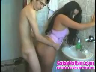 Magrelo chega fodendo một morena không banheiro