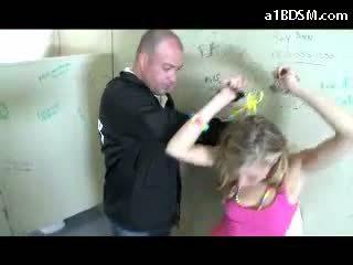 Ekkel blond jente getting håndjern fitte rubbed med baton giving blowjob til den sikkerhet guard i den offentlig toilette