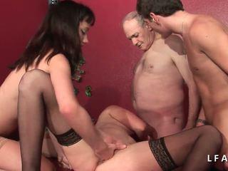 2 jeunes salopes francaises sodomisees dans un klub.