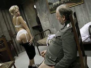 Unge jente og an gammel mann having sex