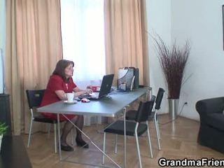 Γιαγιά και boys έφηβος/η τρίο σε ο γραφείο