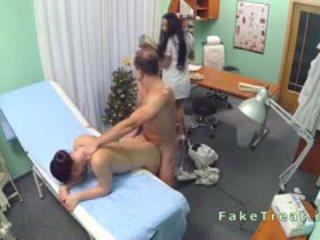 Doktor fucks takarítás hölgy és ápolónő