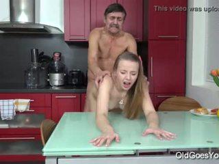 Стар goes млад - steamy секс в на кухня между млад мадама