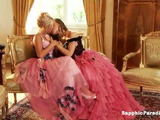 Hailee és mya szőke és vöröshajú leszbikus lányok csókolózás és vetkőztetés