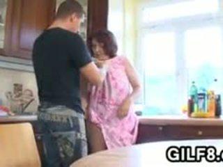 Tuk babičky having pohlaví v the kuchyně