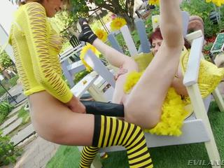 Slutty bee gets pounded av stor svart dildos och cocks