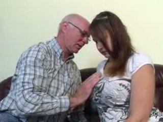 Velho grandfather sedução alemão grand-daughter para primeiro caralho