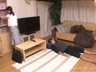 Удивителни азиатки siren chizuru gives му а уста майната в напредък
