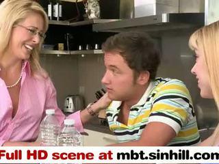 Блондинки милф и тя дъщеря един мъж две жени тройка - mbt.sinhill.com