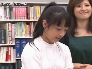 Si rambut coklat warga asia gadis seducing beliau bersama-pendidikan dalam yang perpustakaan