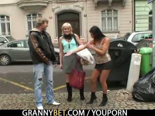Старий бабуся проститутка rides великий meat