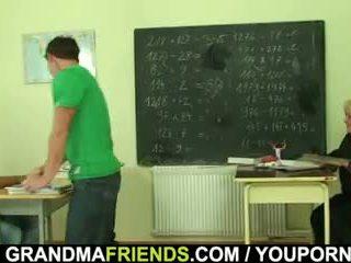 Très vieux prof est pounded par two boys