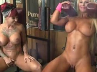 Dani andrews 和 megan avalon muscle 女同志