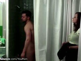 Stiefmoeder waits voor zoon in de douche