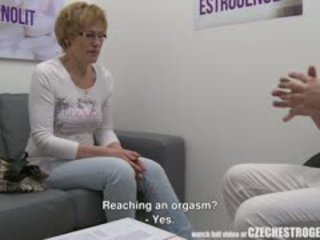 Matang warga czech wanita squirting dengan estrogenolit