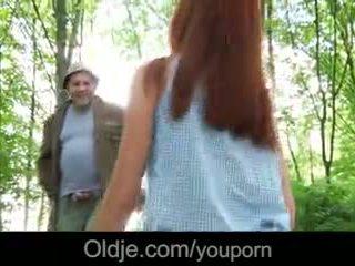 Γριά perv fucks ένα fiery κοκκινομάλλα/ης σε ο δάσος