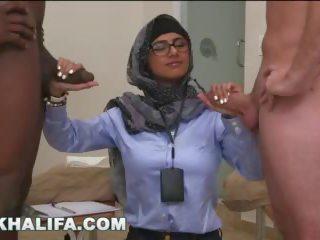 Arab mia khalifa compares grand noir bite à blanc pénis