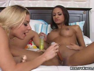 Halia hill és neki leszbikus gf bangin -ban egy fürdőszoba