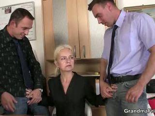 Granma sucks och fucks two cocks vid jobb interview