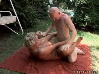 Bystiga mormor enjoying hård kön utomhus