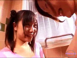 2 holky v aerobik šaty bozkávanie rubbing kozy v the kúpeľňa