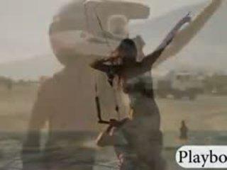Καυτά playmates kite boarding γυμνός με ο επαγγελματίας