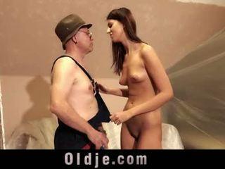 Vecchio uomo e giovane alto ragazza sesso giocare
