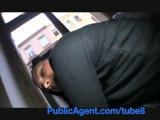 Publicagent ella flashes su tetas en la calle antes sexo