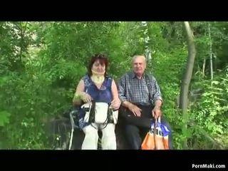 Vecmāmiņa un vectēvs jāšanās ārā