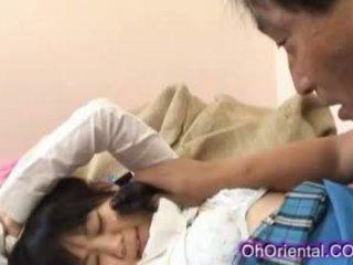 Étroit jeune asiatique écolière