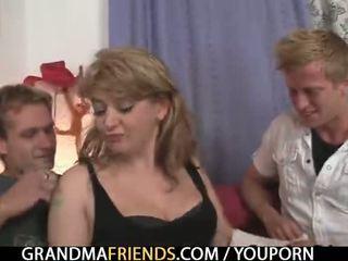 험악한 늙은 여자 takes two 큰 cocks