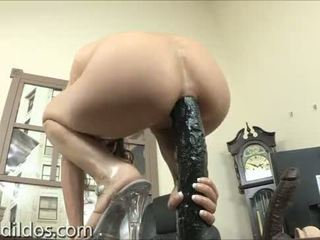 Amber rayne gapes son con avec une longue noir gode