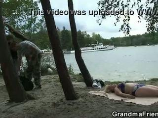 Labai senas senelė ir boys paauglys šūdas outdoors