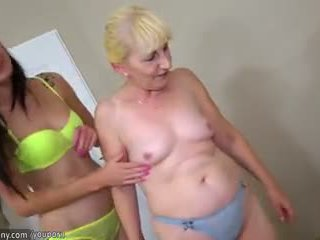 Brunete lesbiete meitene un blondīne lesbiete pieauguša būt garš dildo